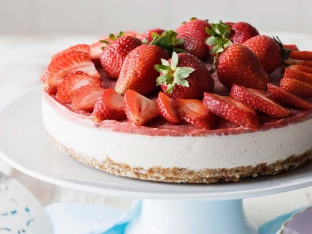 Delightful Strawberry Cheescake With Buttery Ginger Base